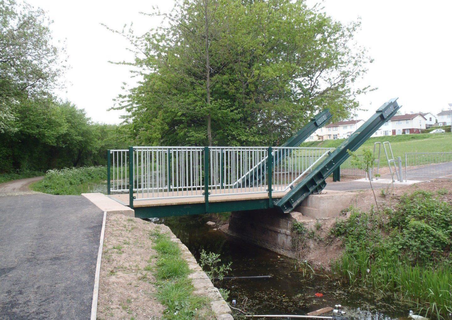 Manual rolling bascule bridge