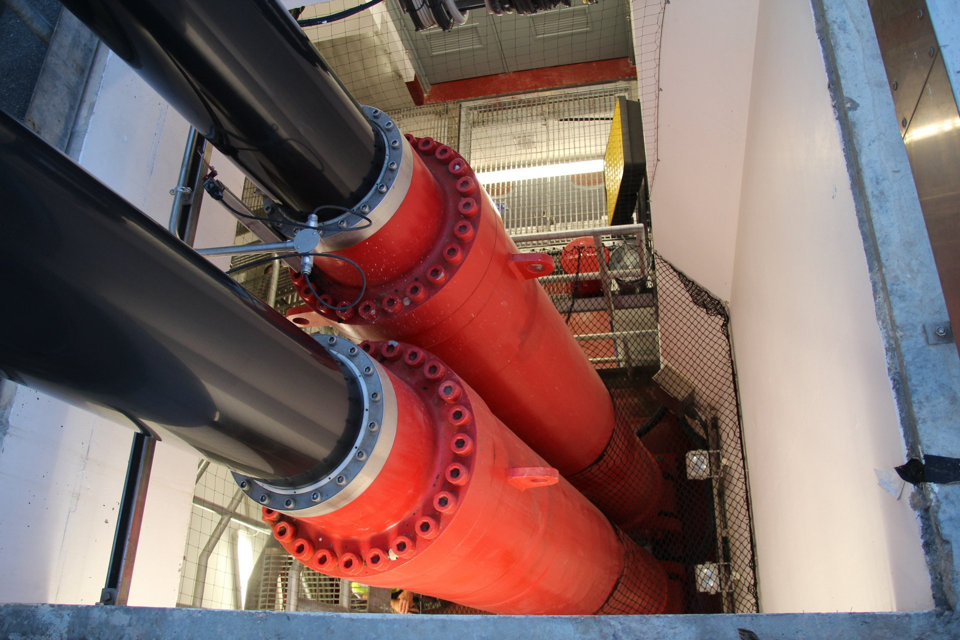 Poole Twin Sails main lift cylinders